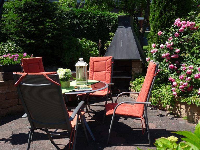 Sitz und Grillplatz im Gästegarten.